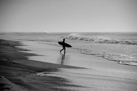 Surfeur face à l'océan