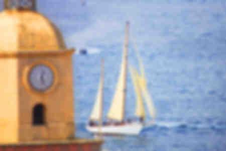 Klocktornet och segelbåten