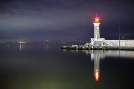 Le phare rouge de Saint-Tropez dans la nuit