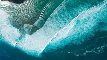 Große Wellen von einem Ultraleichtflugzeug in der Lagune an der Westküste der Insel Réunion aus gesehen.