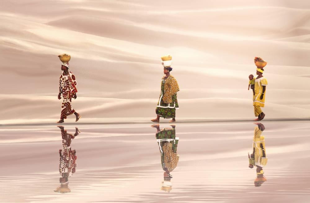 Femmes Africaines Marchant Sur Eau