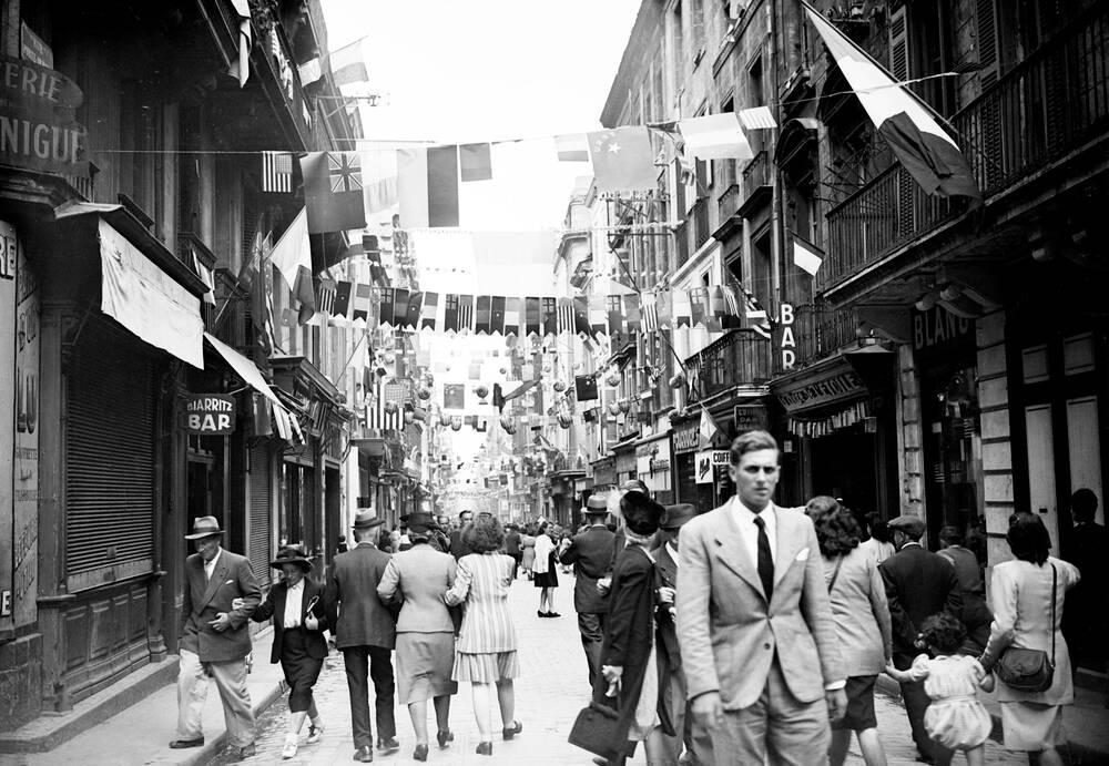 Rue Sainte Catherine Pavoisee A L Apres Guerre