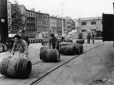 Activite portuaire autour des barriques de vins