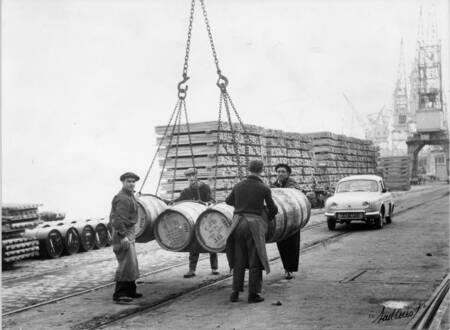 Chargement de barriques de vin dans le port de Bordeaux