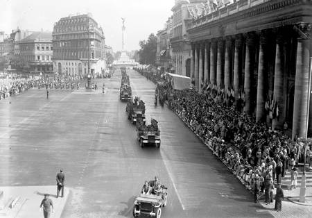Défilé sur la place de la Comédie le 14 juillet 1950