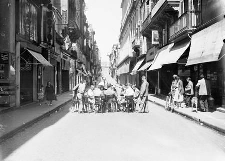 Partie de cartes rue Sainte-Catherine à Bordeaux le 15 août 1949