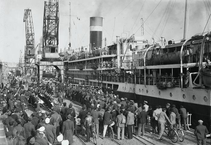 Embarquement De Soldats A Bordeaux En 1946