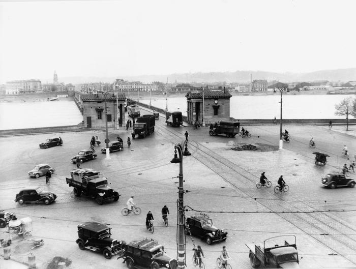 Place Bir Hakeim Et Pont De Pierre En 1950