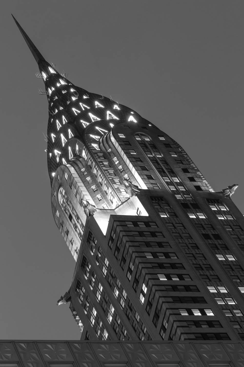Zoom black and white sur le chrysler building de new york