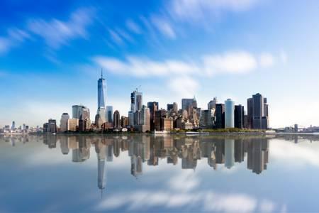 Manhattans Skyline und Reflexionen