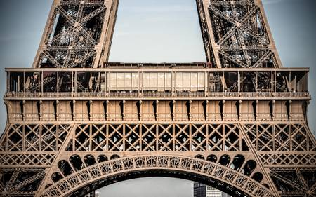 Zoom on the Eiffel Tower