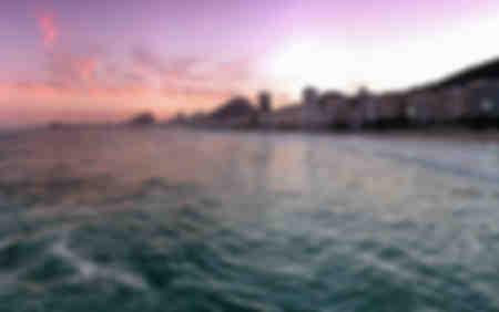 Atardecer púrpura en Copacabana