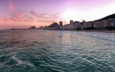 Coucher de soleil pourpre à Copacabana