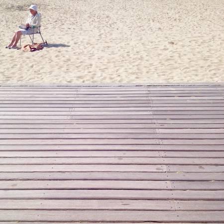 La vieille dame à la plage