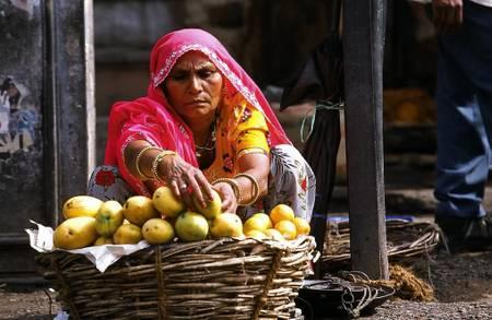 Inde femme vendeuse de fruit