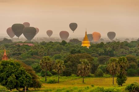 Hot air balloons on Bagan pagodas 3
