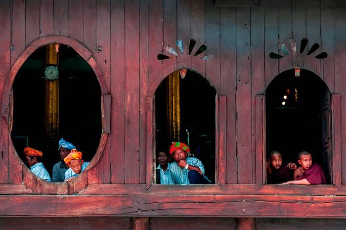 Spectateurs A La Fete Du Village