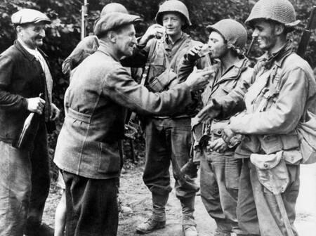 Des soldats américains de la 2eme guerre mondiale buvant du cidre