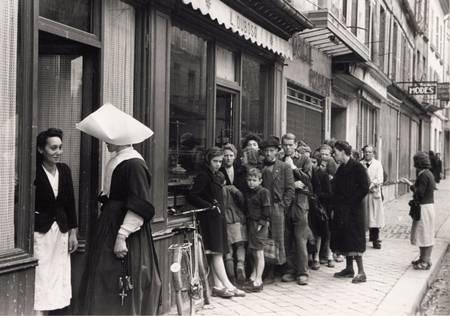 File d'attente devant un magasin en 1944