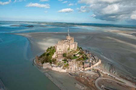 Le Mont Saint-Michel son église abbatiale et sa baie