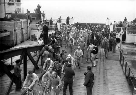Les coureurs sortent du bac sur le Tour 1958