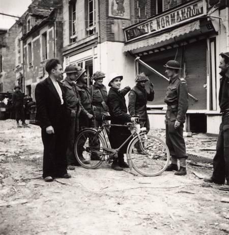 Soldats canadiens dans Caen