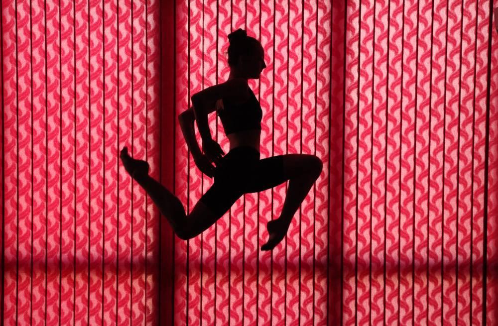 photo d 39 art le saut rouge artiste velitchka atanassova. Black Bedroom Furniture Sets. Home Design Ideas