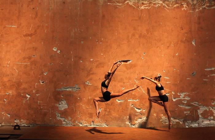 photo d 39 art le mur orange artiste velitchka atanassova artphotolimited. Black Bedroom Furniture Sets. Home Design Ideas
