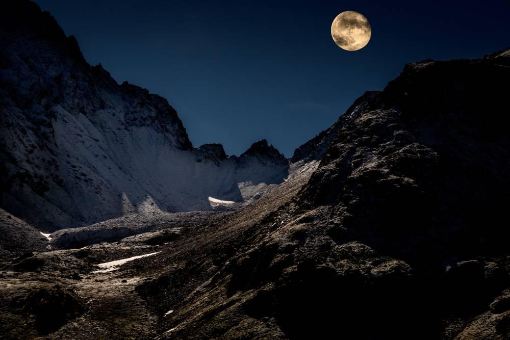 La Lune Sur Le Col De La Fenetre