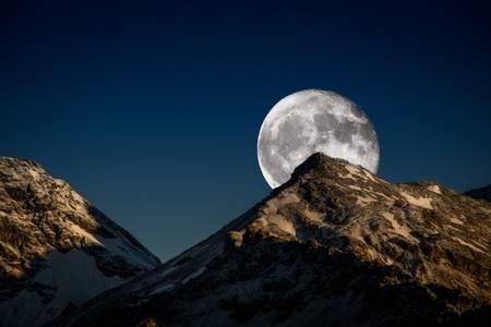 Il sole tramonta e la luna sorge