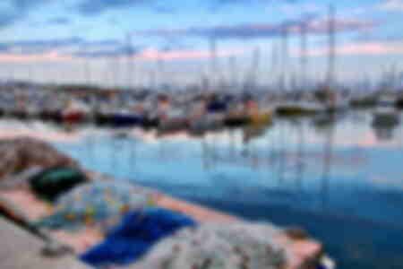 Abenddämmerung über dem Hafen von Cannes während der Filmfestspiele