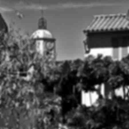 de klokkentoren van de kerk van Saint-Tropez in zwart-wit