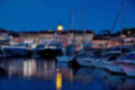 città di Saint-Tropez di notte