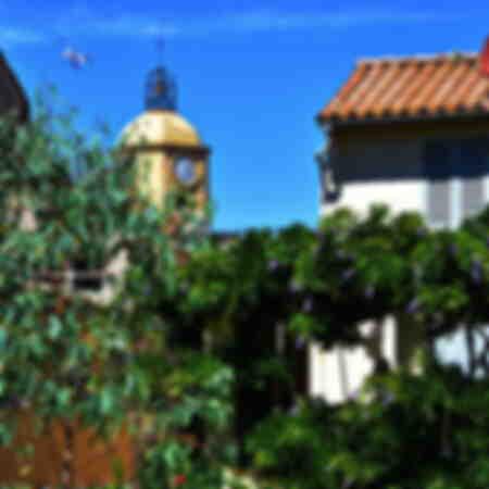 Uitzicht op de klokkentoren van de kerk van Saint-Tropez