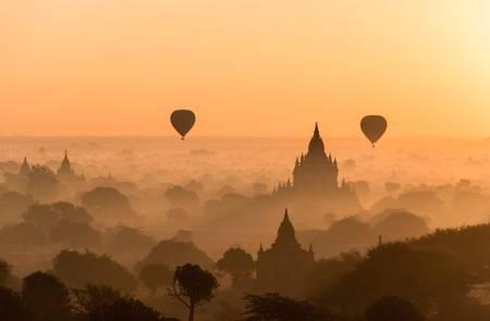 Bagan au levé du jour