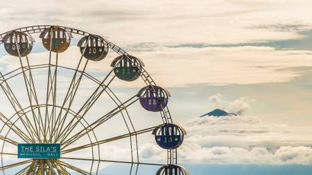 Grande roue au pied du volcan Agung
