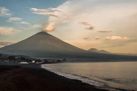 Volcan Agung au lever du jour