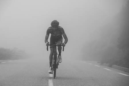 Vélo route dans la brume