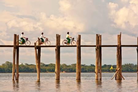 WOMEN CYCLISTS OF U BEIN BRIDGE