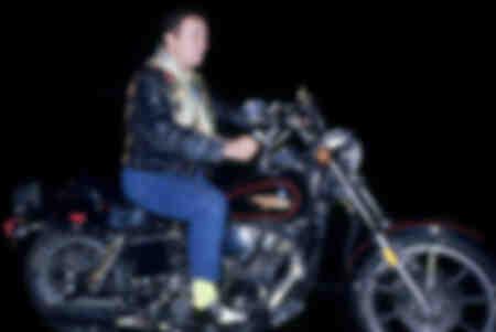 Coluche en moto en 1980