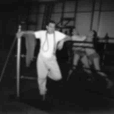Lino Ventura dans une salle de sport