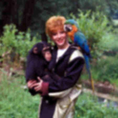 Mylène Boer met een aap en een papegaai in 1986