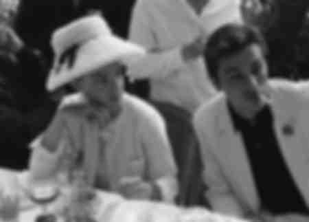 Romy Schneider attablée aux côtés de Alain Delon