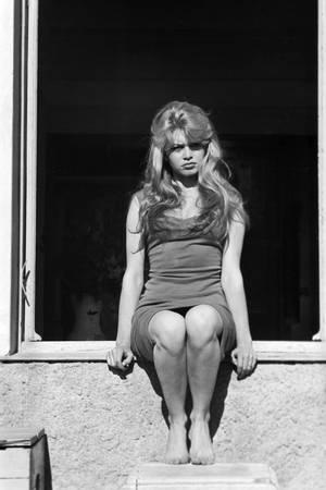 Brigitte Bardot sur le rebord d'une fenêtre