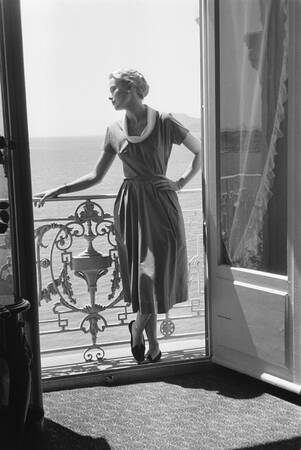 Grace Kelly in posa su un balcone a Cannes 1955