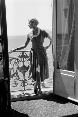 Grace Kelly posant sur un balcon à Cannes