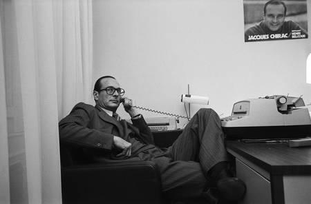 Jacques Chirac dans un bureau