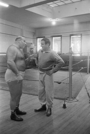 Lino Ventura avec un ami catcheur King-Kong