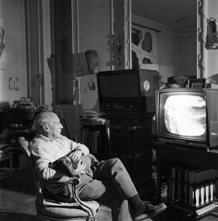 Pablo Picasso dans son salon