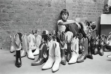 Renaud mit seiner Sammlung von Cowboystiefeln